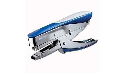 Zszywacz nożycowy LEITZ 5548-33 ładowany od góry niebieski metalik 30k 24/6